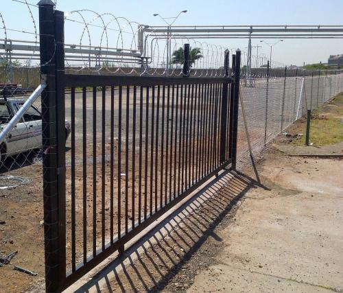 18. Diamond mesh fence with pallisade sliding gate and flat wrap on top